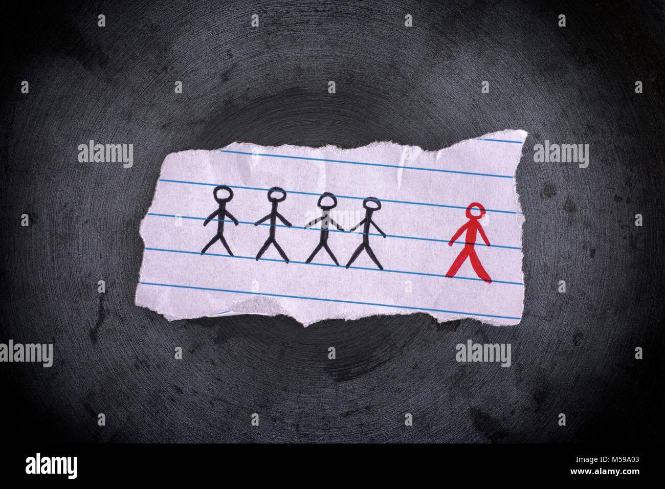 Feuille de papier, attiré des gens et le rouge est l'intrus. Notion de droit. Close up. Photo Stock