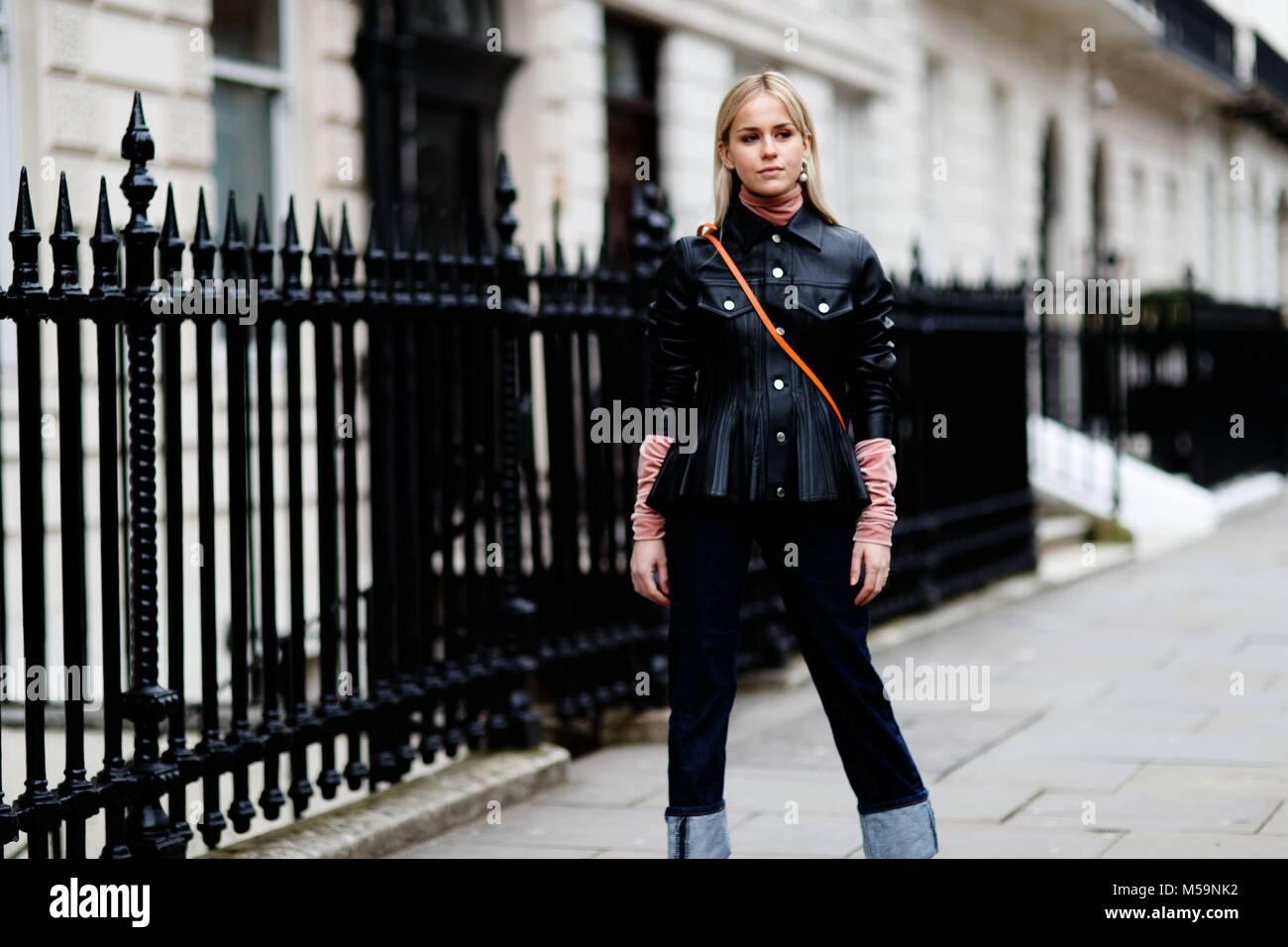 7ff2f47ac Un showgoer chic se tenant devant l'Delpozo défilé lors de la London  Fashion Week