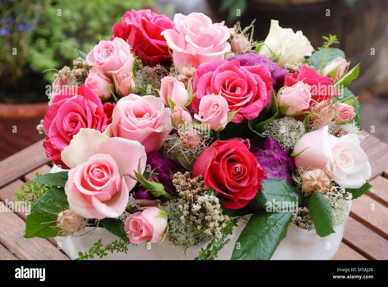 Bouquet De Luxe Fait De Rouge Blanc Rose Roses Dans Le Magasin De Fleurs Anniversaire Fete Des Meres Saint Valentin Journee De La Femme Mariage Concept Photo Stock Alamy