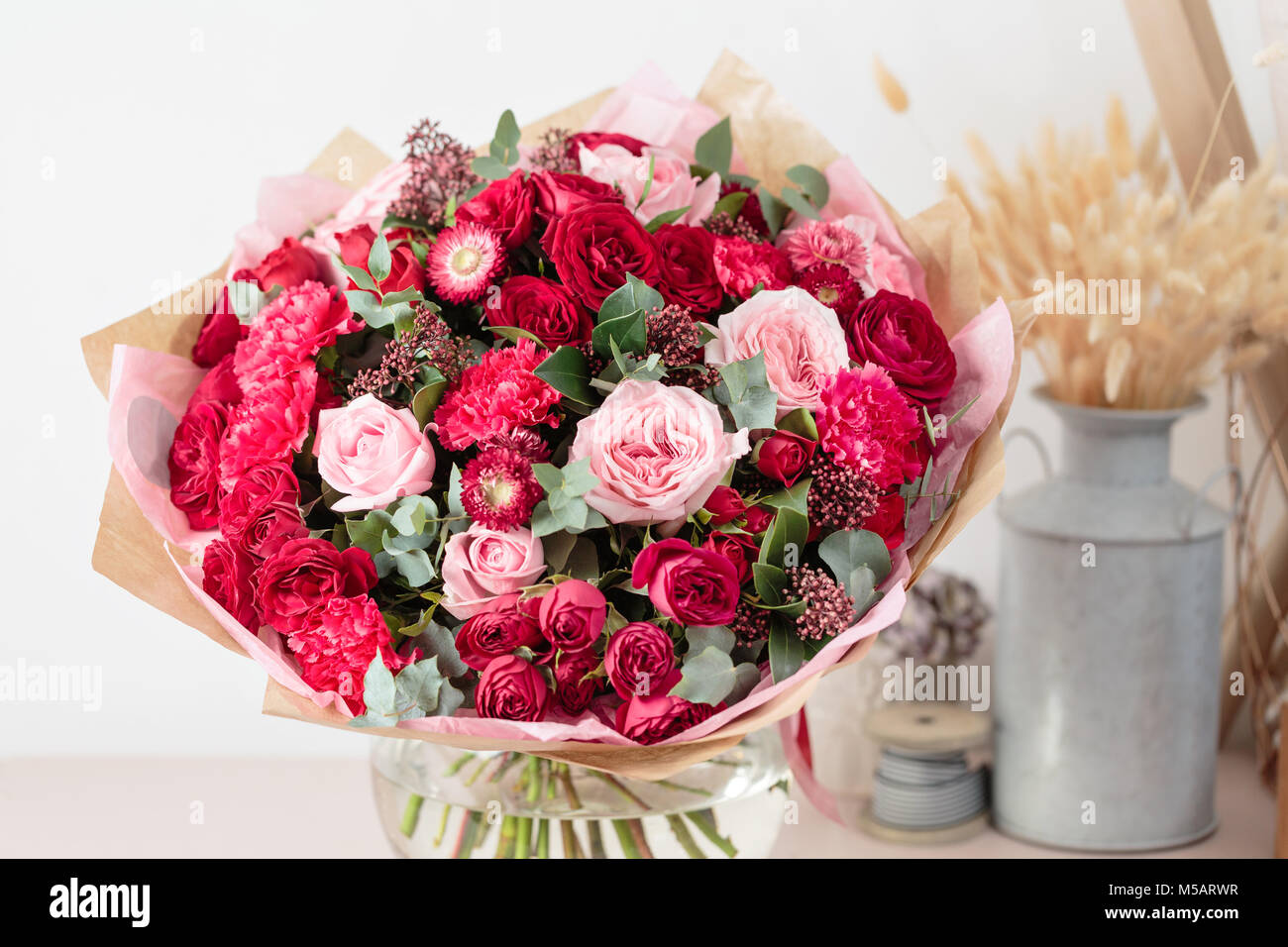 Close Up De Luxe Magnifique Bouquet De Fleurs Rouges Et Roses Dans