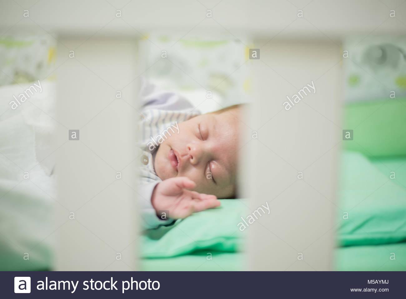 Bébé garçon endormi dans lit bébé - libre Photo Stock