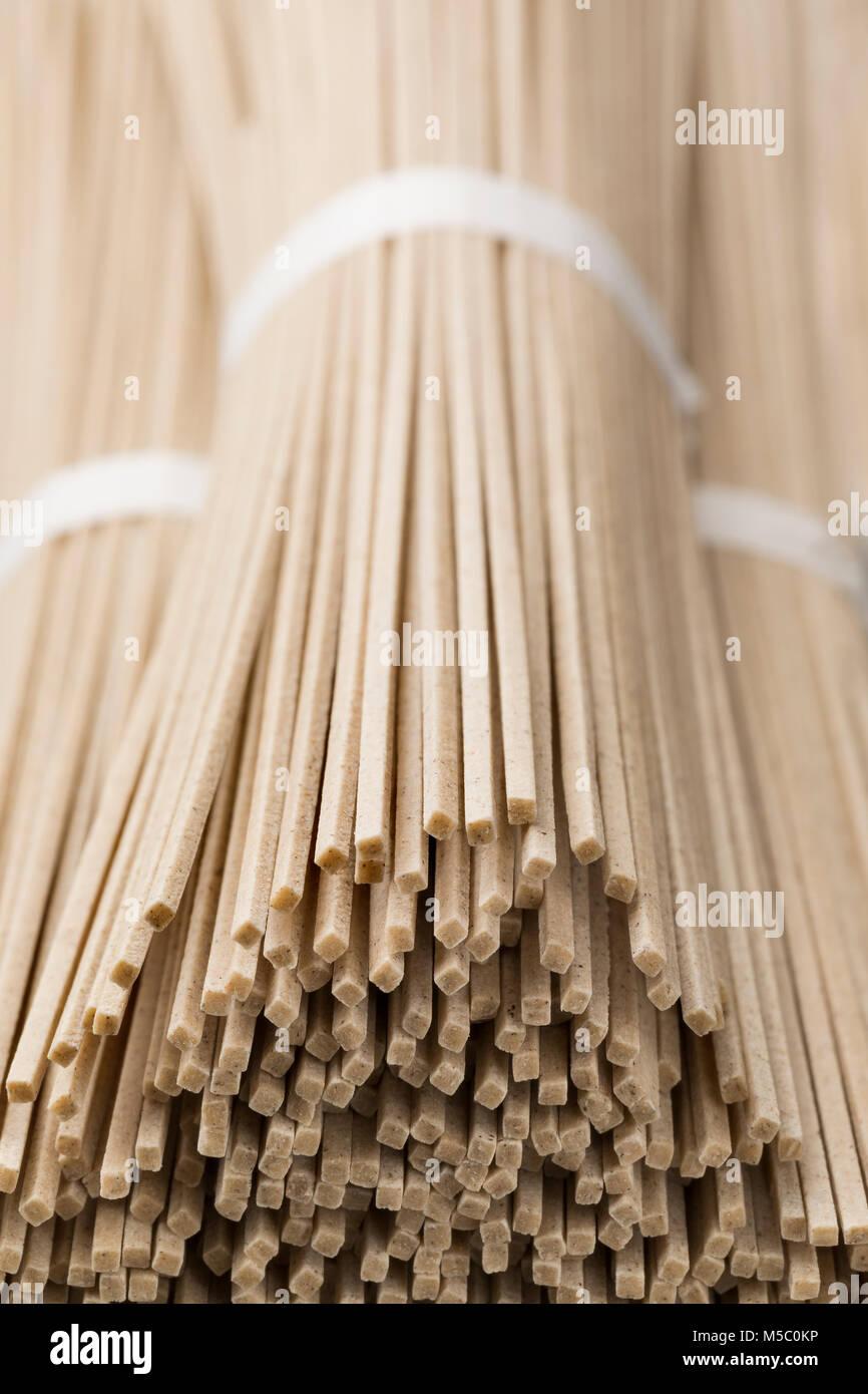 Nouilles soba d'raw japonais bundles close up Photo Stock