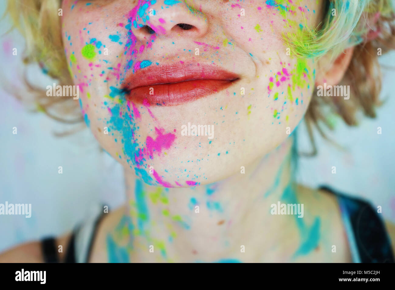 Belle jeune femme avec de la peinture dans son visage Photo Stock