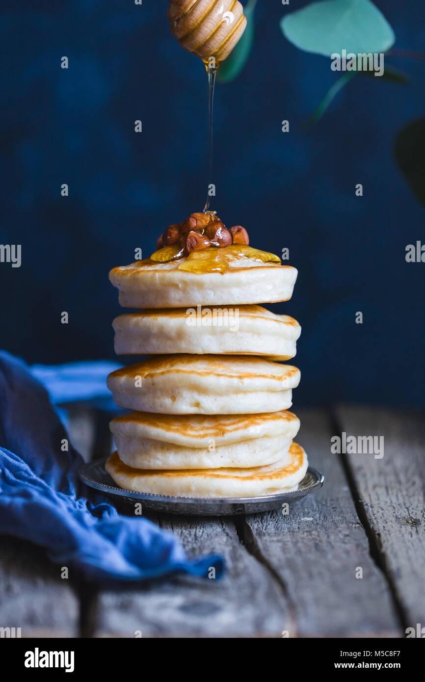 Pile de crêpes au miel et noix. Photo Stock