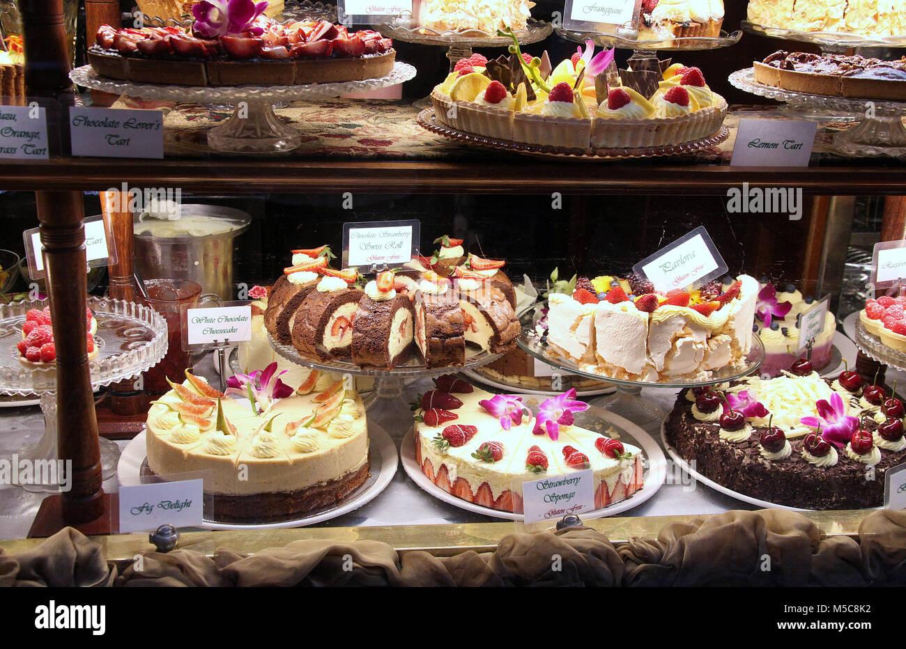 Gâteaux affichée dans la fenêtre d'Hopetoun Salon de Thé à Melbourne Photo Stock