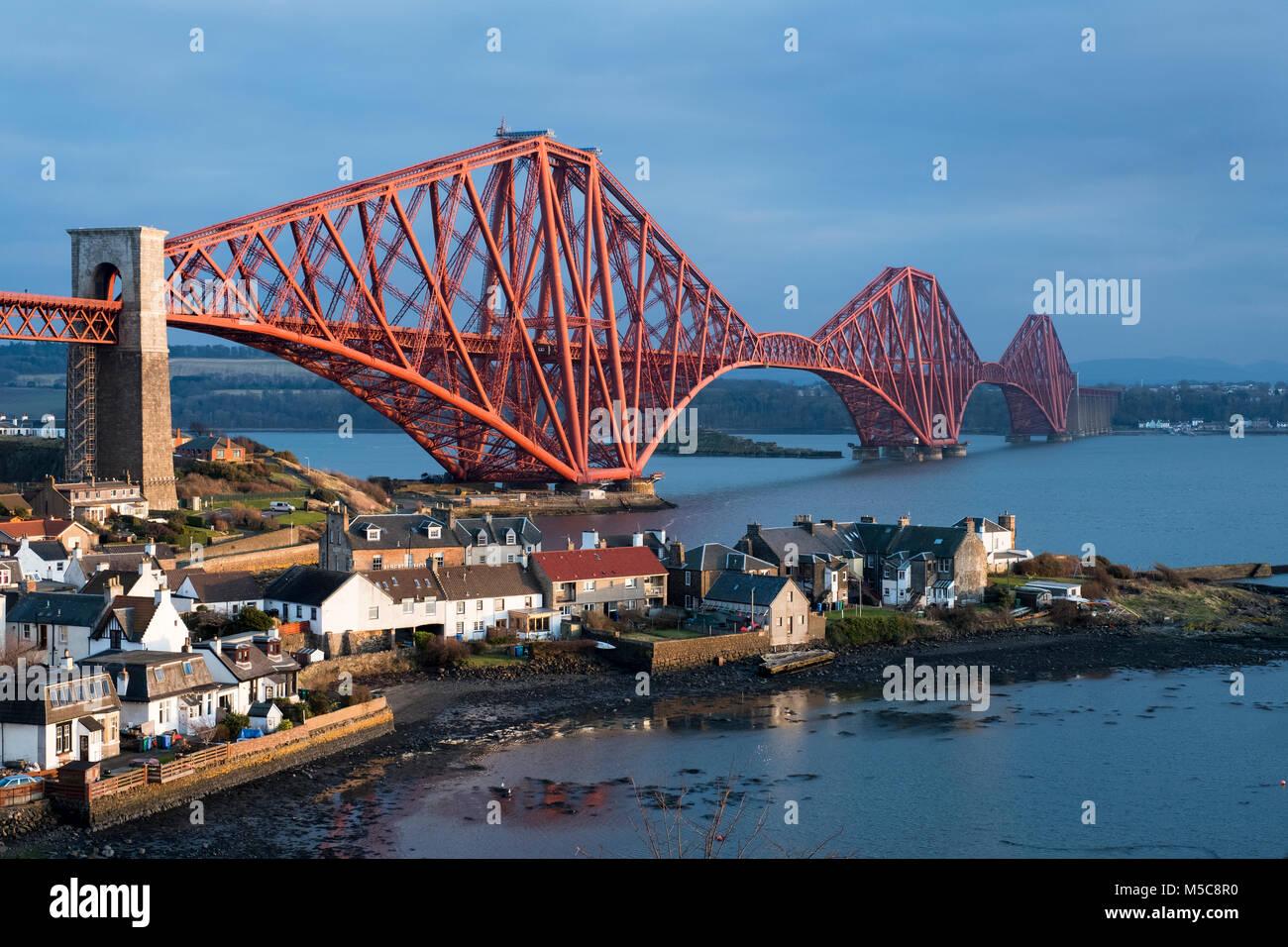 Le Forth Rail Bridge vue du Nord Queensferry s'étend sur le Firth of Forth entre le Nord et le Sud, l'Ecosse Photo Stock