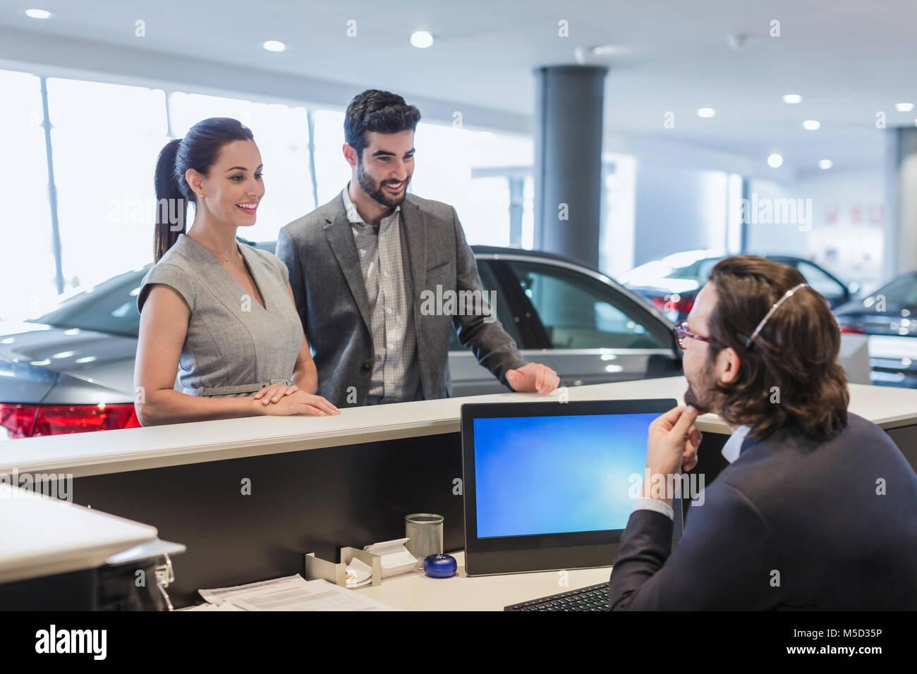 Les clients masculins à parler couple réceptionniste au