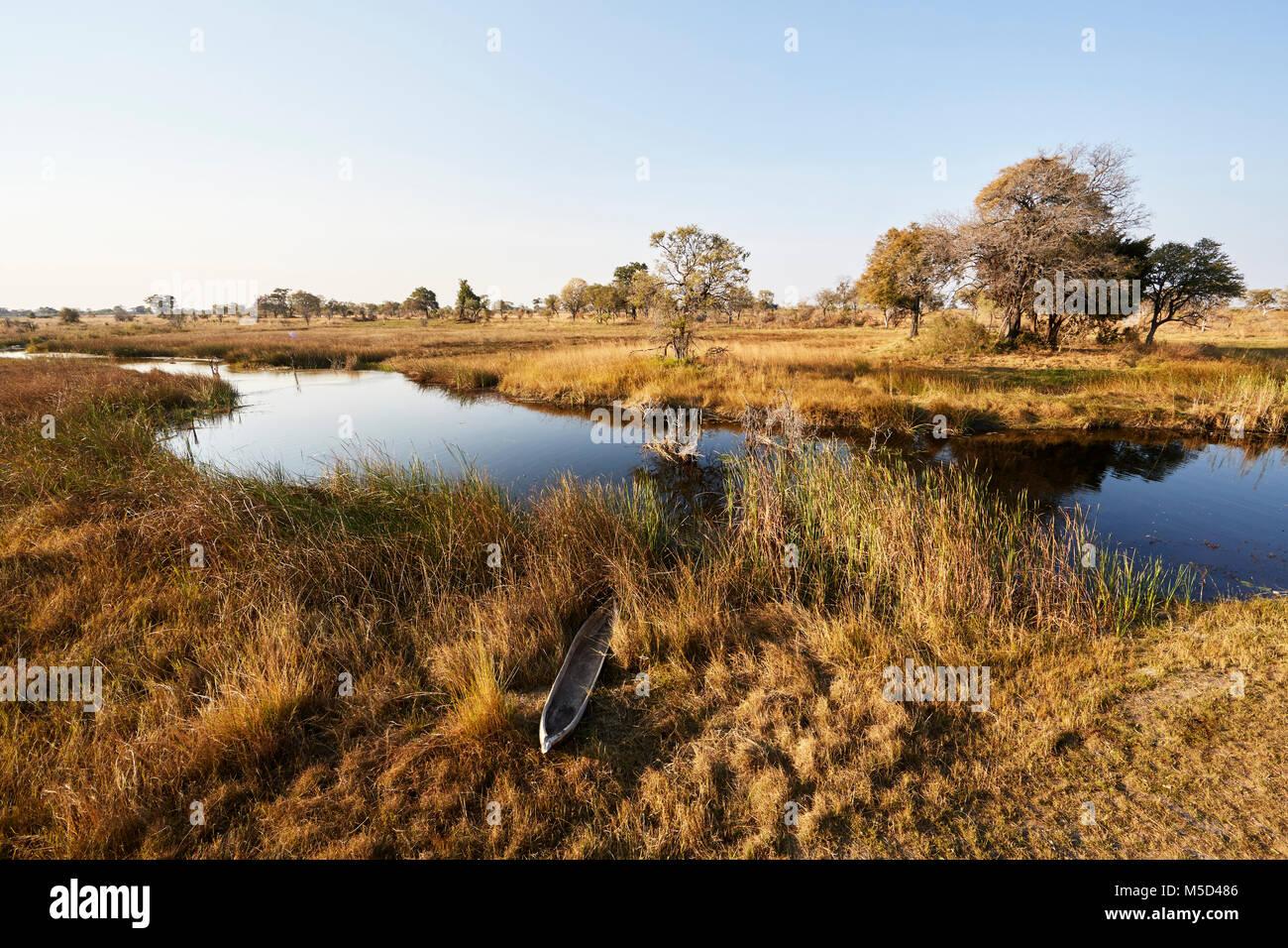 Bateau de pêche sur les berges de la rivière Kwando, Bwabwata National Park, région du Zambèze, Photo Stock