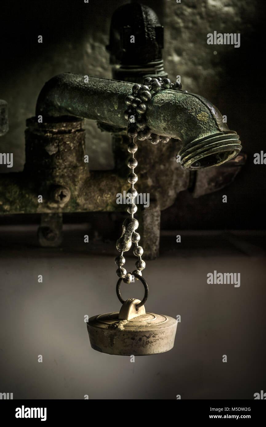 Vue artistique de l'ancien robinet et bouchon de vidange en caoutchouc Photo Stock