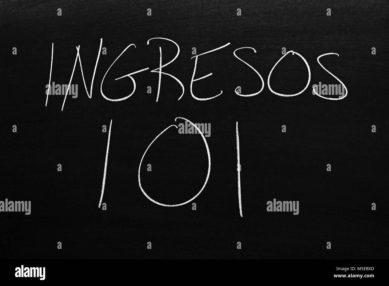 Les mots Ingresos 101 sur un tableau noir à la craie Photo Stock