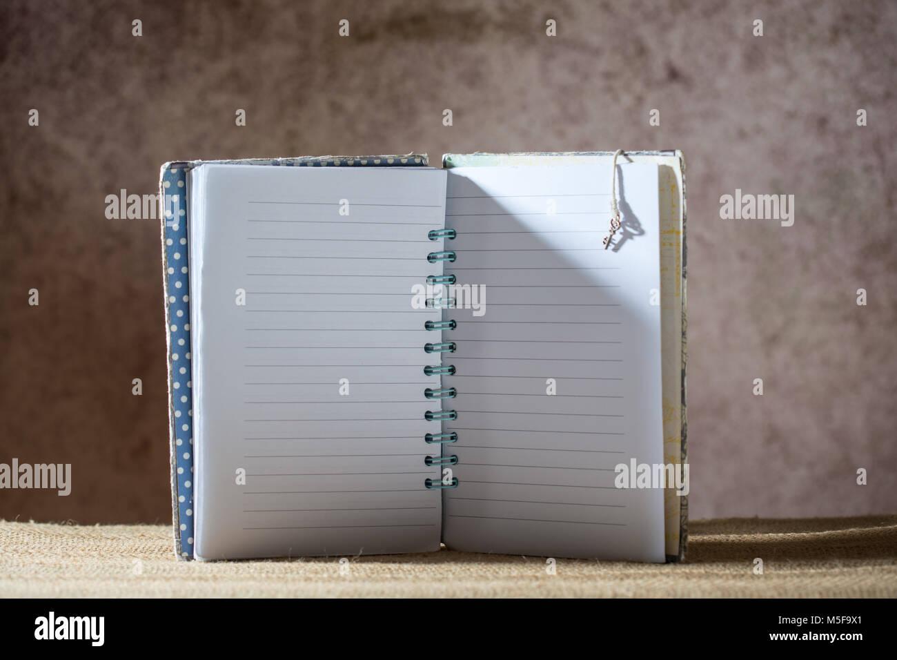 Ordinateur portable blanc bordée sur un arrière-plan flou brun créatif Photo Stock
