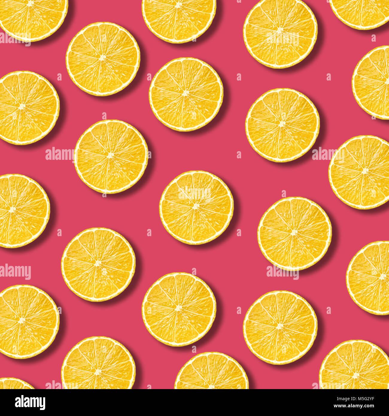 Les tranches de citron sur fond de couleur grenade dynamique. La texture des aliments non forfaitaire minime Photo Stock