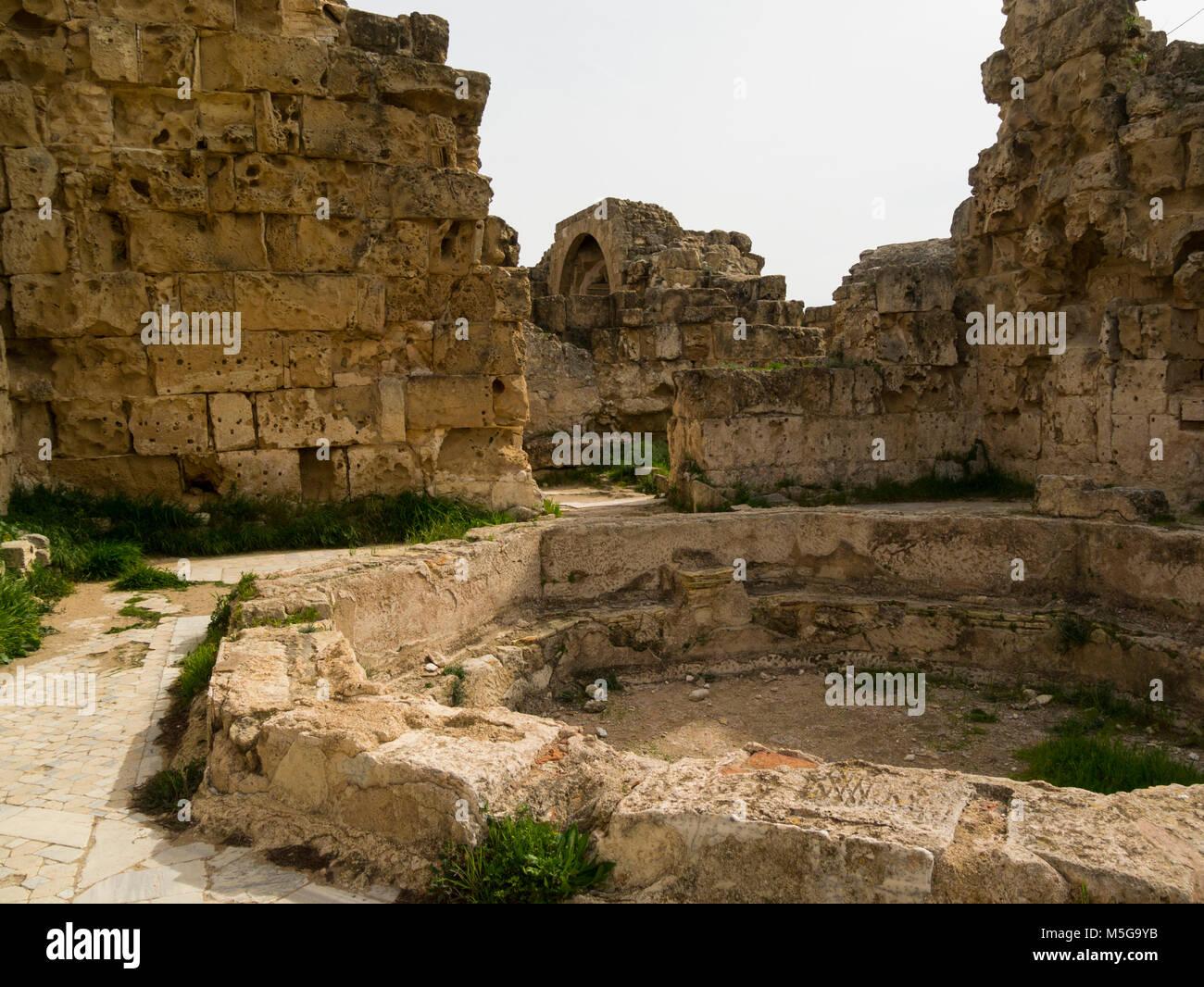 Ruines du Grand Hall de la zone des bains contenant de l'ancienne ville romaine d'excavation de Salamine Photo Stock