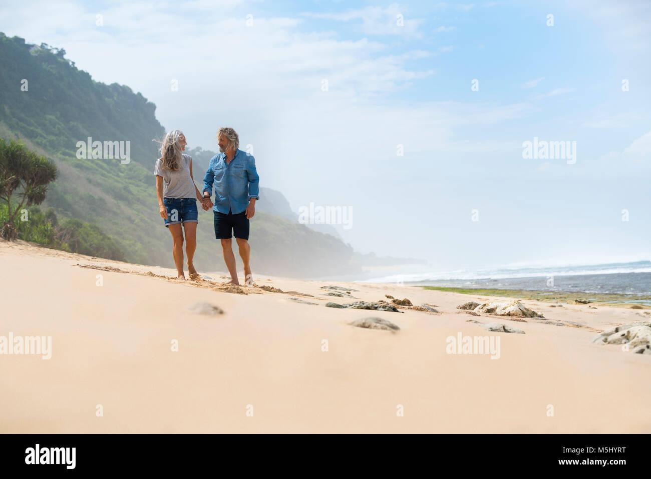 Romantic couple en train de marcher sur les mains , Photo Stock