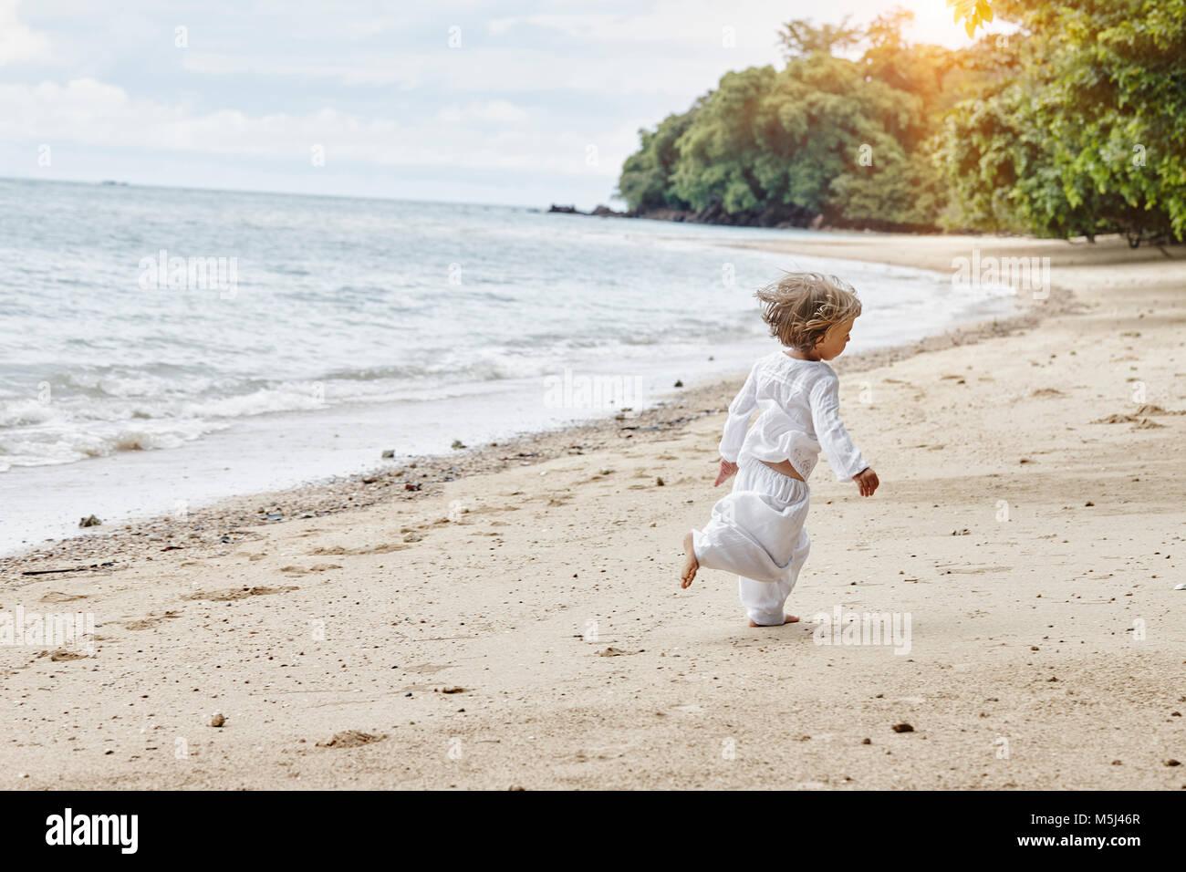 La Thaïlande, Ko Yao Noi, petite fille d'exécution sur la plage Photo Stock