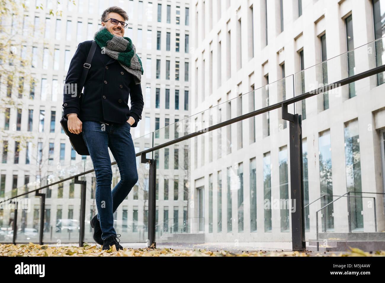 Content businessman walking dans la ville à l'automne Photo Stock