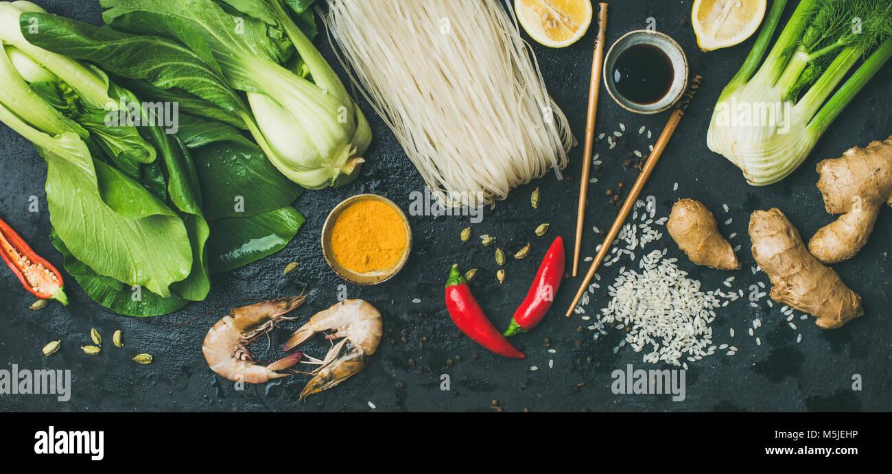 Ingrédients de la cuisine asiatique sur fond noir en ardoise foncé, vue du dessus Photo Stock