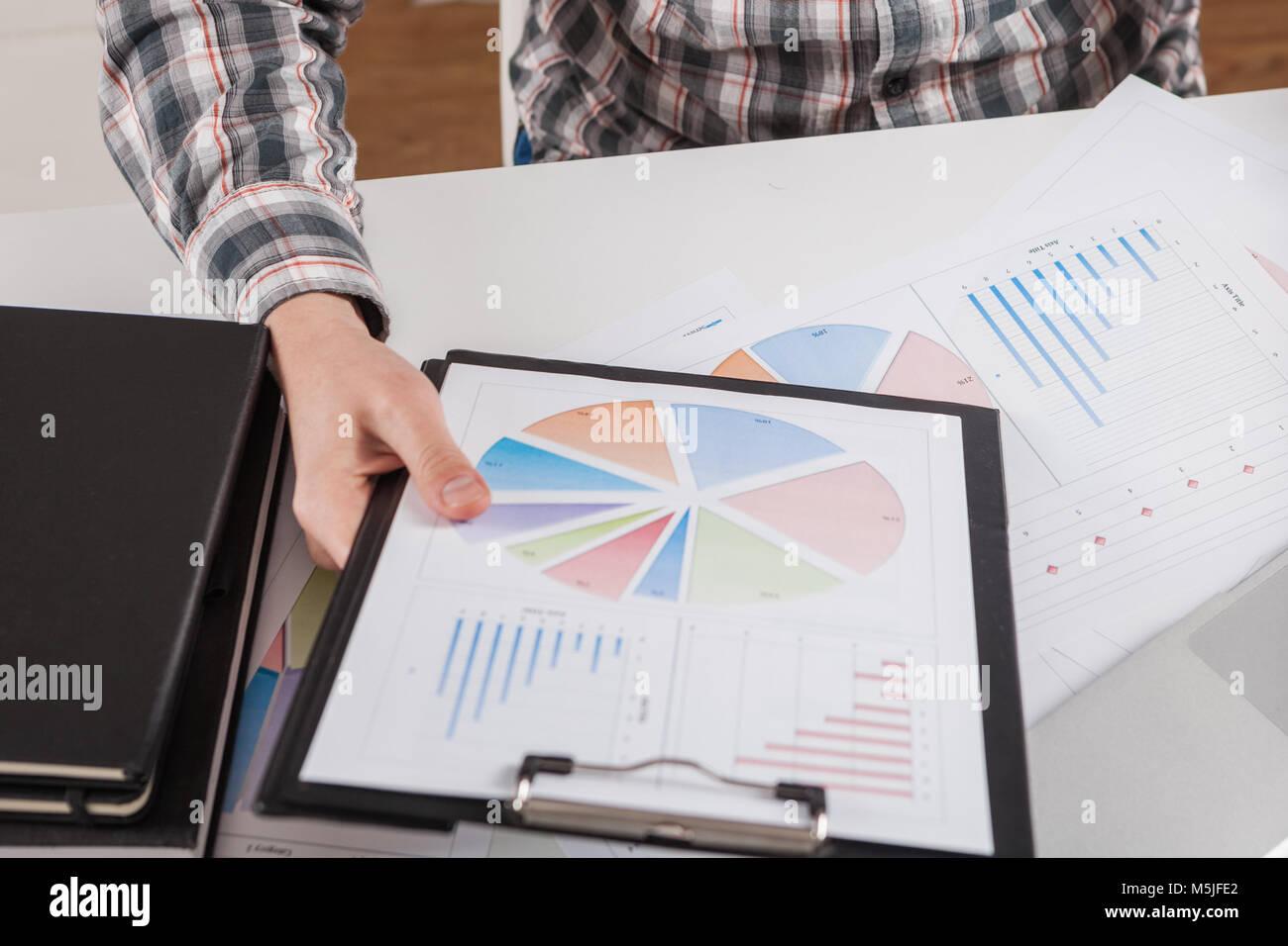 Graphique du marché boursier et pointer du doigt Photo Stock