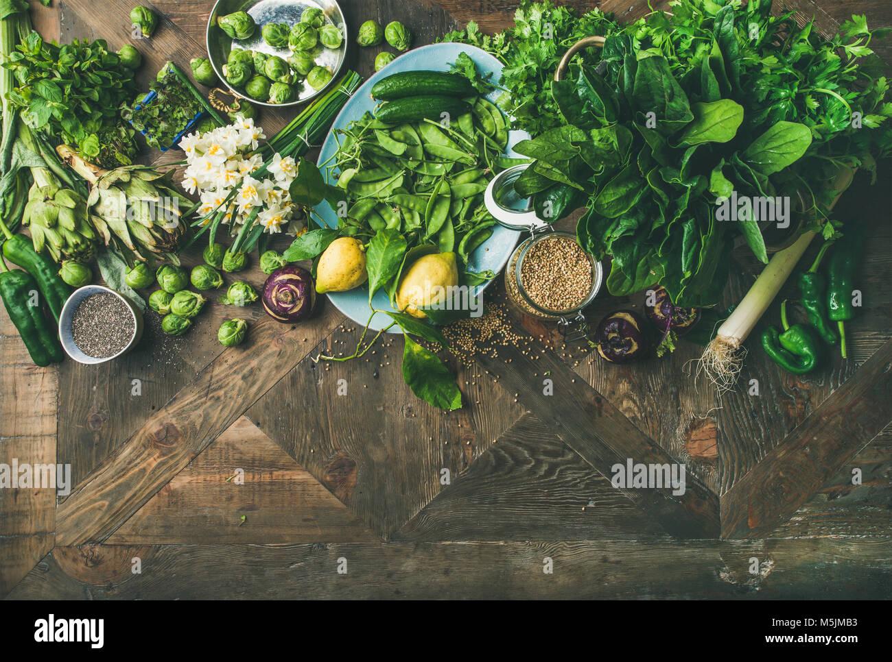 La nourriture végétalienne saine du printemps sur fond de bois ingrédients de cuisine Banque D'Images