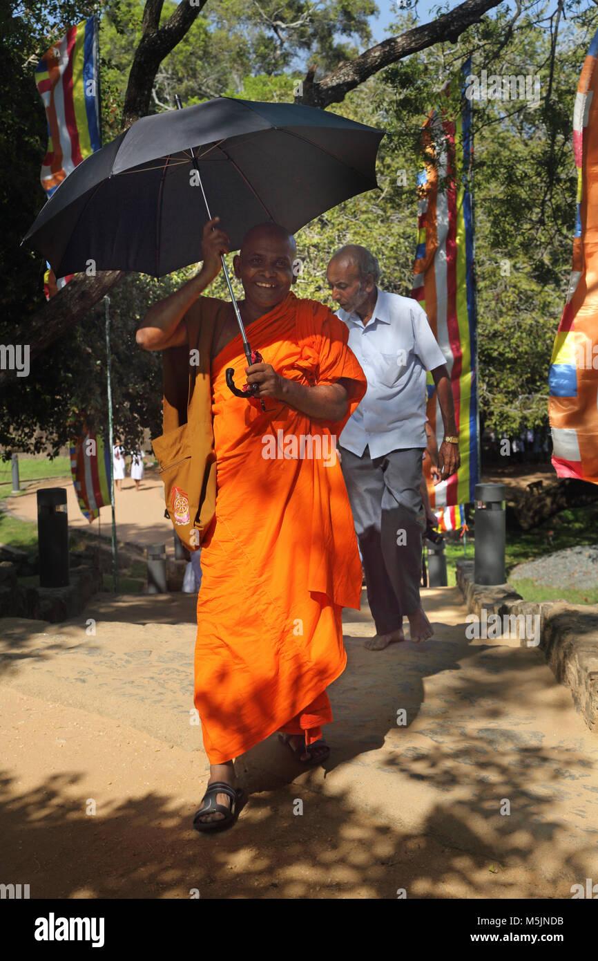 Polonnaruwa North Central Province Sri Lanka le moine bouddhiste à l'aide de cadre à l'ombre du Photo Stock