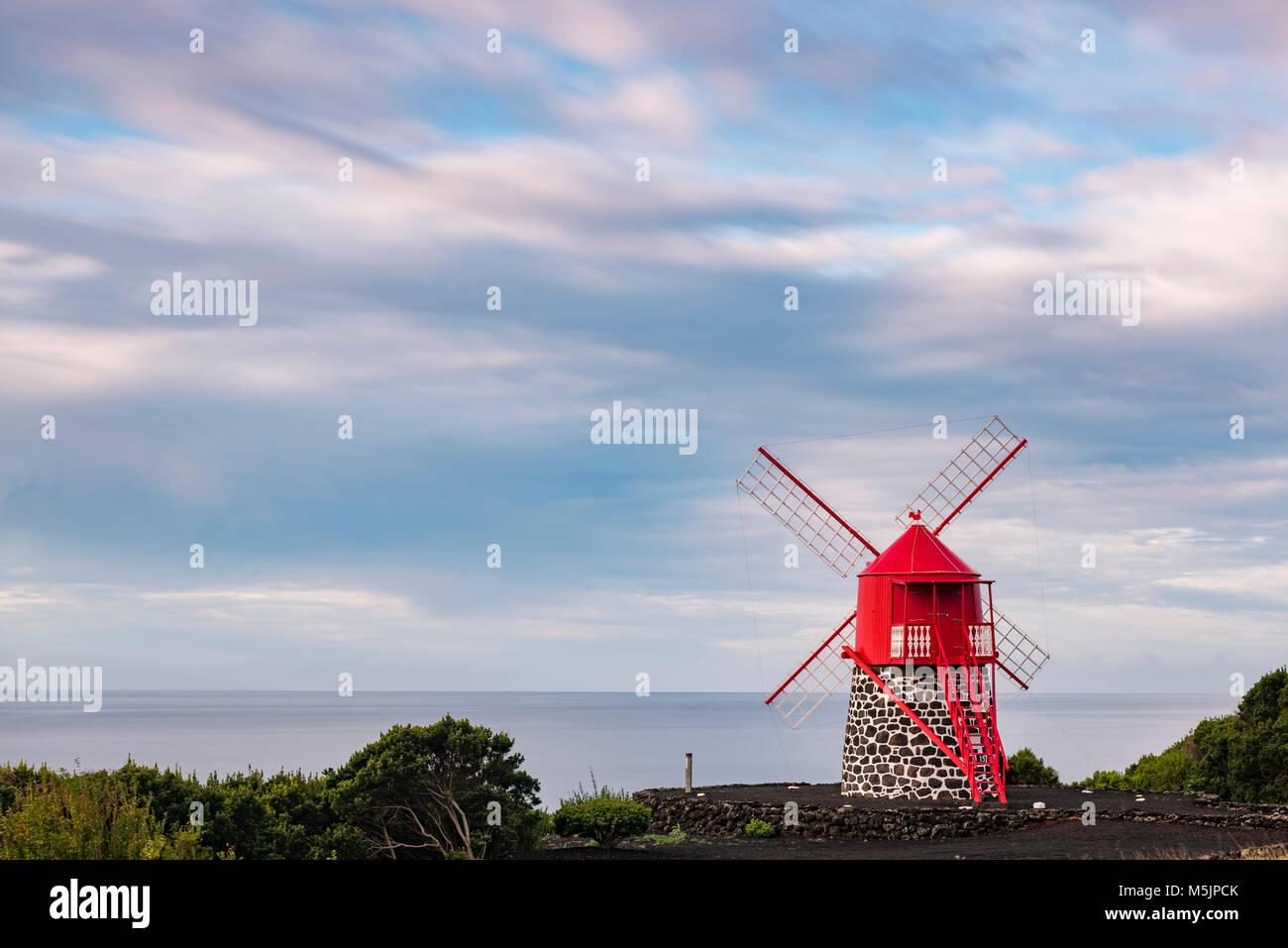 Moulin Rouge en face d'un ciel nuageux,île de Pico, Açores, Portugal Banque D'Images
