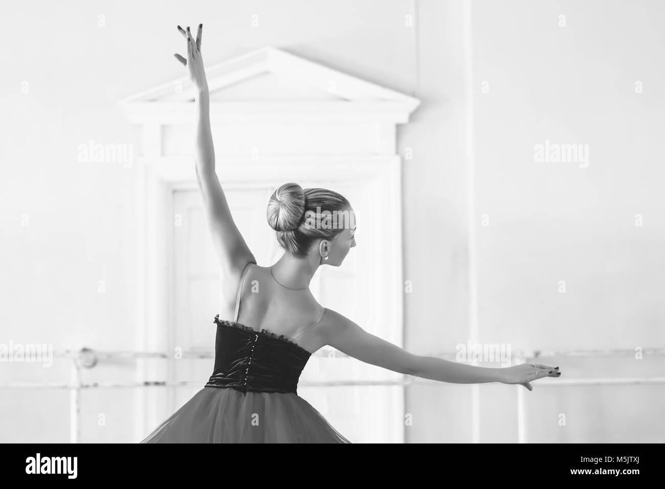 Danseuse de ballet classique vue de côté. Belle ballerine ballet gracieux pratique des positions en tutu Photo Stock