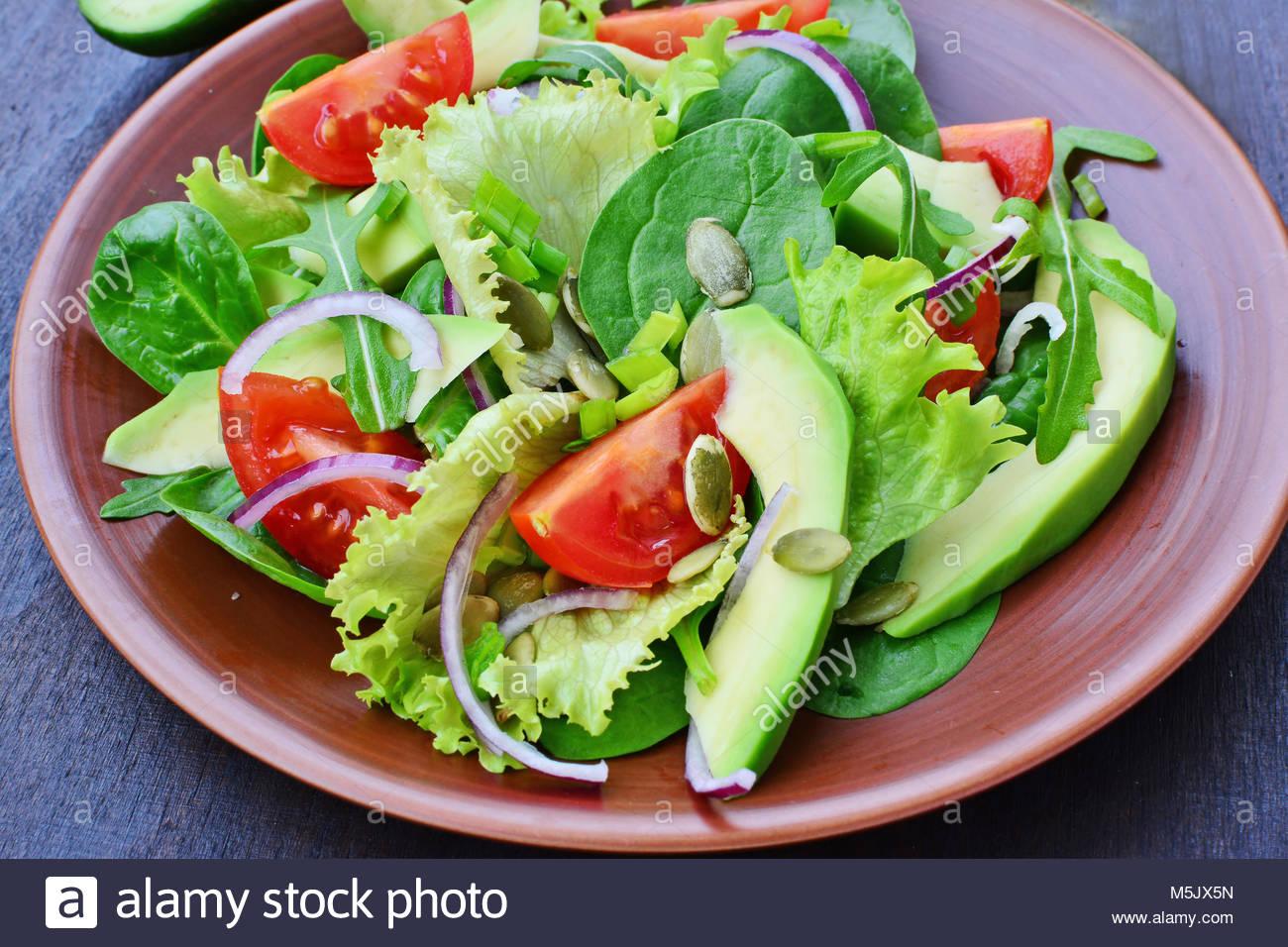 salade verte avec des légumes verts, roquette, jeunes épinards