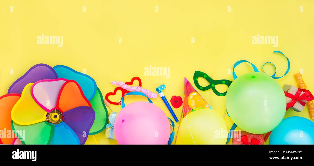 Vue Du Haut Des Outils Tiers Et Decoration Baloons Drole De Carnaval Fetes De Noel Sur Fond Jaune Joyeux Anniversaire Carte De Vœux Concept Design Place Pour Le Texte Grand Format