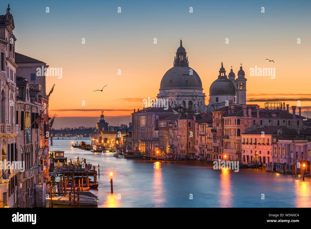 Grand Canal de nuit avec Basilique Santa Maria della Salute, Venise, Italie Photo Stock