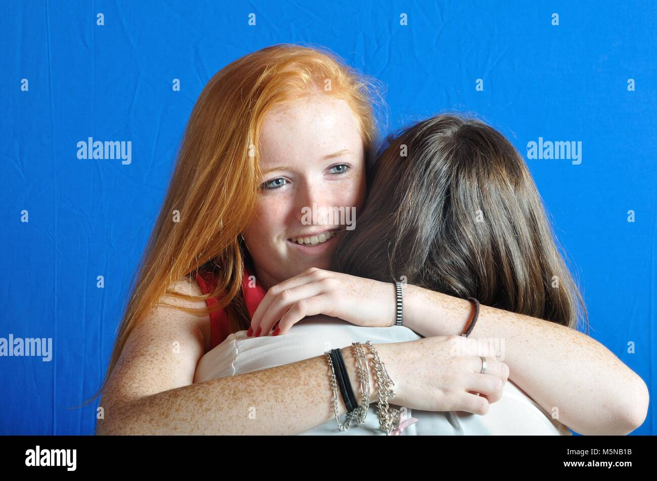 Deux amis adolescents, serrant les uns les autres Photo Stock