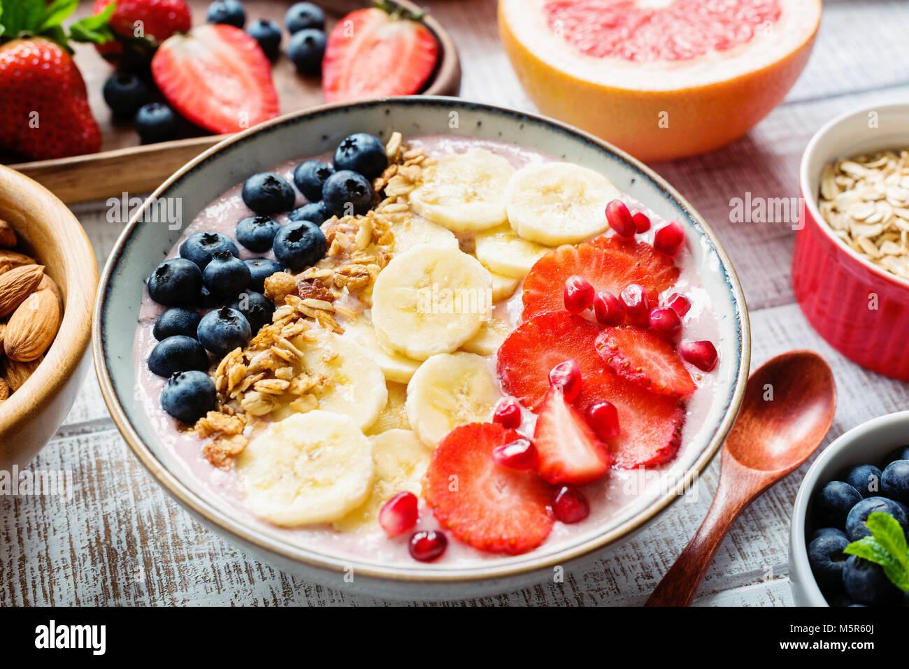Smoothie Acai bowl avec banane, fraise, bleuet et granola. Concept de style de vie sain, les régimes, la perte Photo Stock