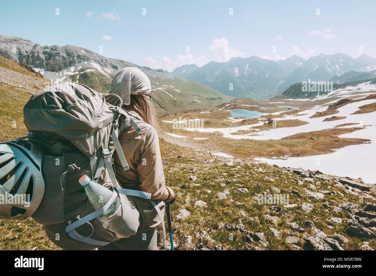 Randonnées en montagne tourisme Backpacker voyage aventure concept active lifestyle vacances estivales en plein Photo Stock