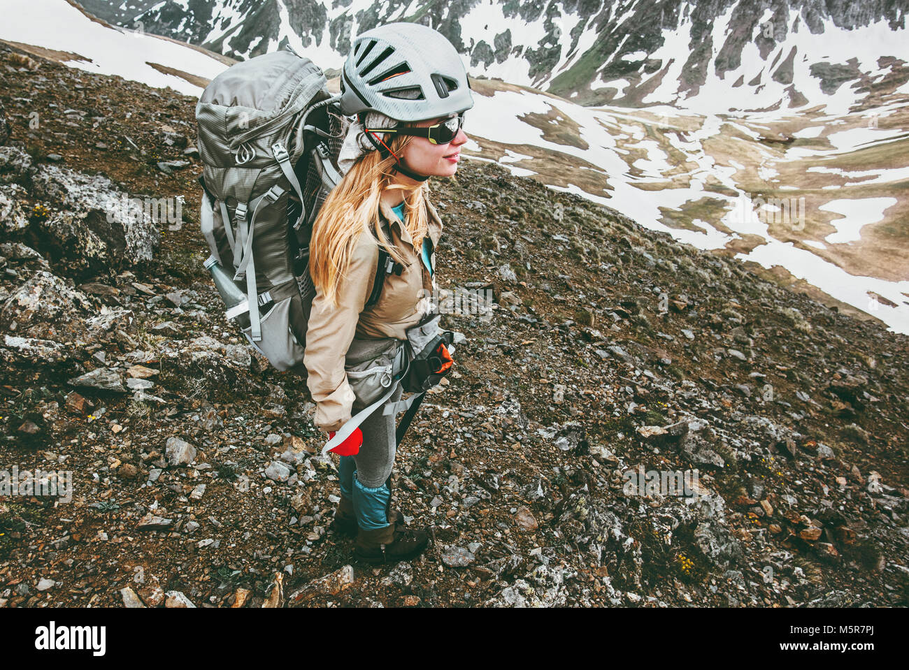 Jeune femme avec sac à dos escalade en montagne Billet de vie sain adventure concept active summer vacations Photo Stock