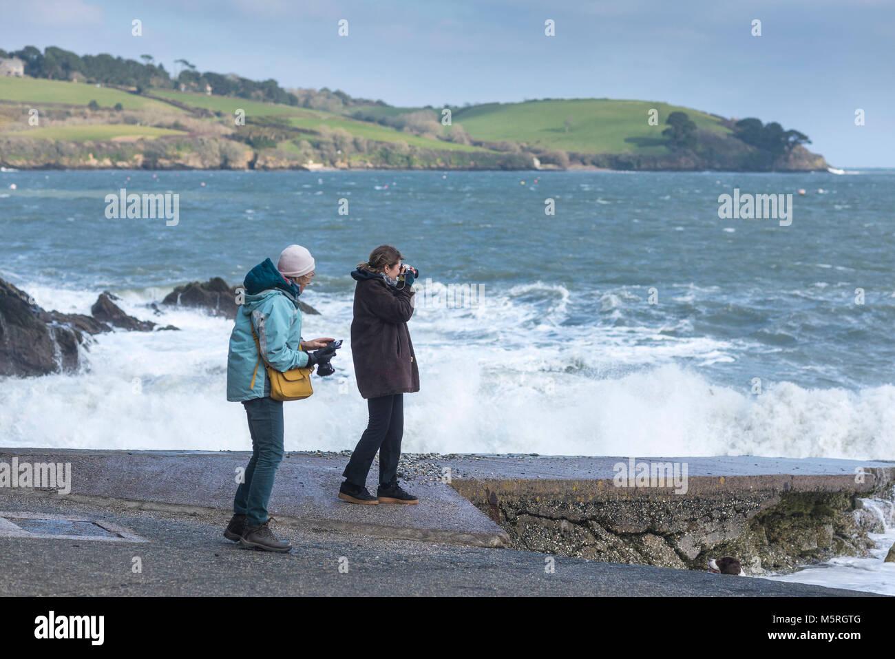 Les touristes de prendre des photos sur la plage de Trebah Jardin Jardins à Cornwall. Photo Stock
