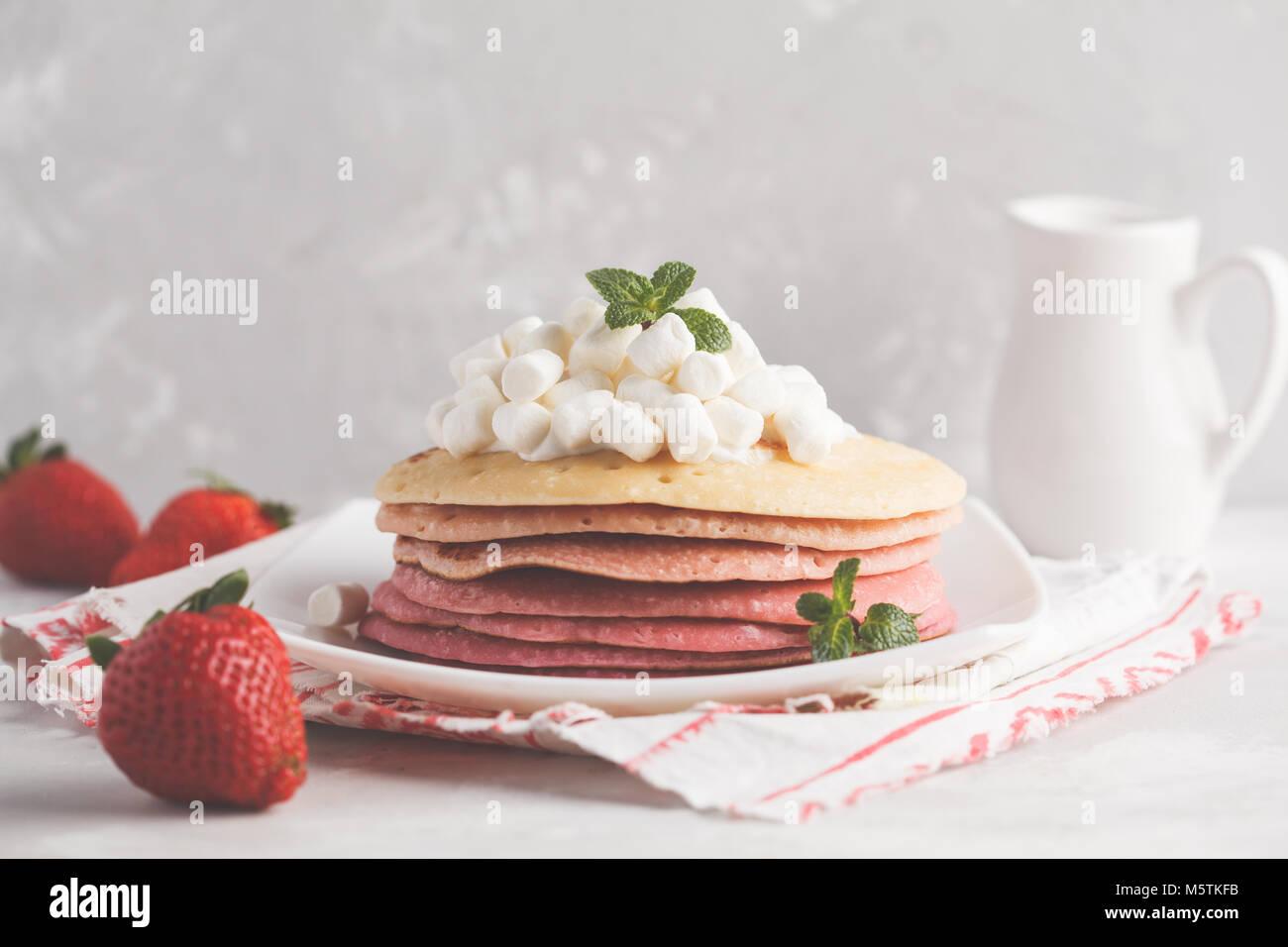 Pile de crêpes avec ombre rose guimauve. Arrière-plan de petit-déjeuner,  l espace de copie. 6cd055493688
