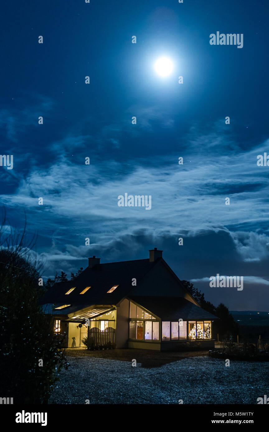 Country house illuminée par le clair de lune sur la veille de Noël, à Ballydehob, comté de Cork, Irlande avec copie Banque D'Images