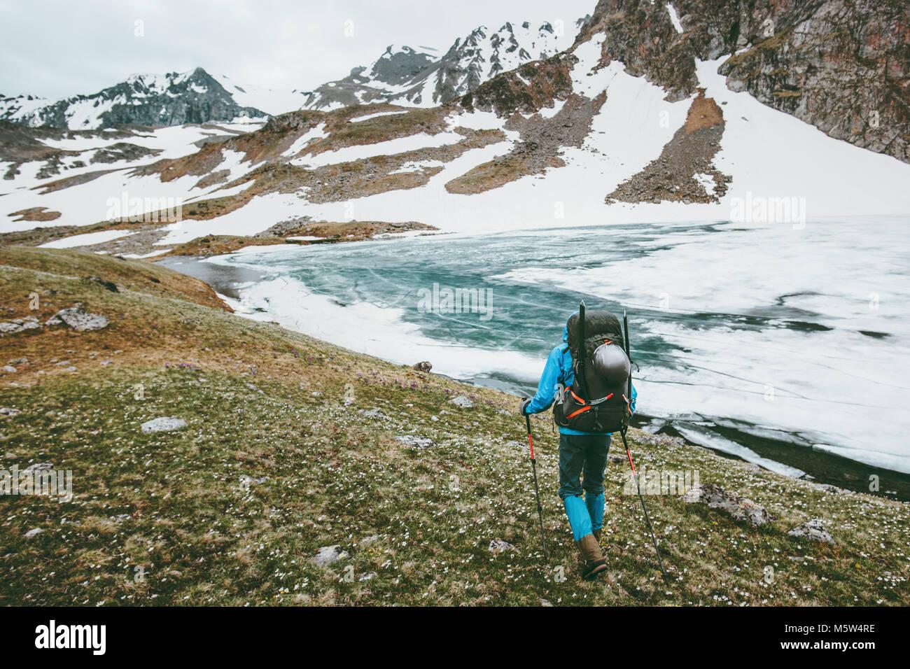 Homme avec sac à dos randonnée en montagne vie voyager concept de survie en plein air aventure vacances Photo Stock