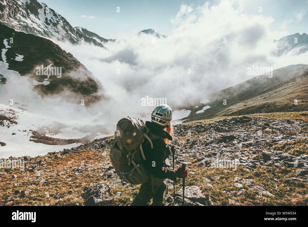 Femme de la randonnée dans les montagnes brumeuses de vie sain de voyage adventure concept active summer vacations Photo Stock