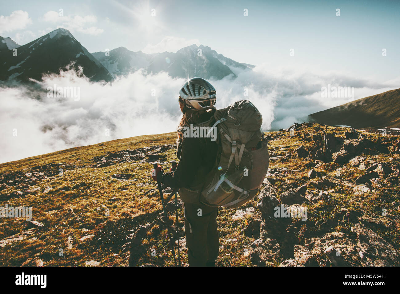 Woman traveler avec sac à dos trekking dans les montagnes de vie voyage adventure concept active summer vacations Photo Stock