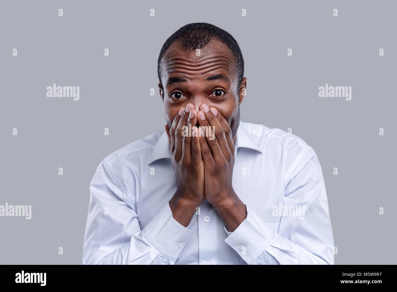 Surpris l'homme afro-américain de fermer sa bouche Photo Stock