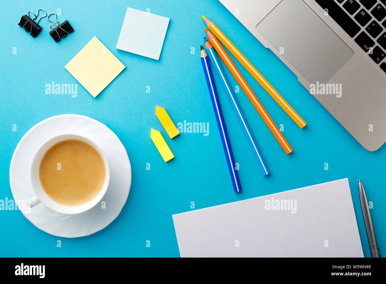 Début de matinée de bureau de travail avec une tasse de café pour
