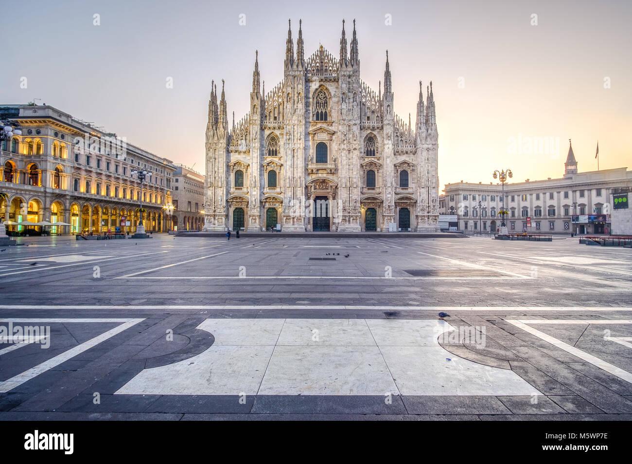 Lever du soleil sur la Piazza del Duomo à Milan, Italie. Décembre 2017. Photo Stock