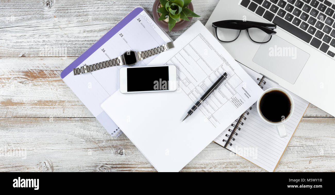 Office de bureau avec ordinateur portable de calendrier de café