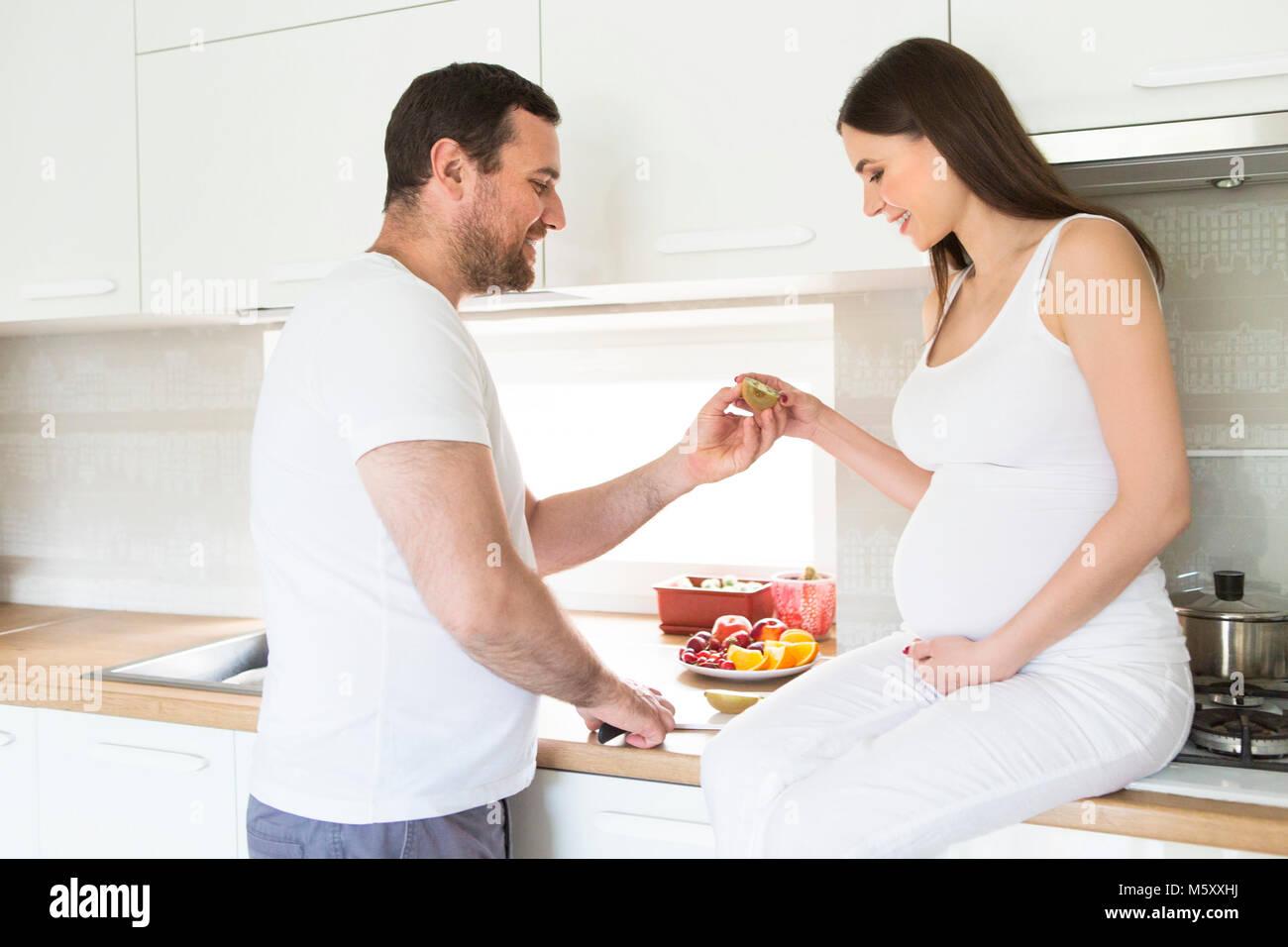 https www alamyimages fr photo image femme enceinte et l homme heureux dans la cuisine concept de l amour et des soins 175768590 html