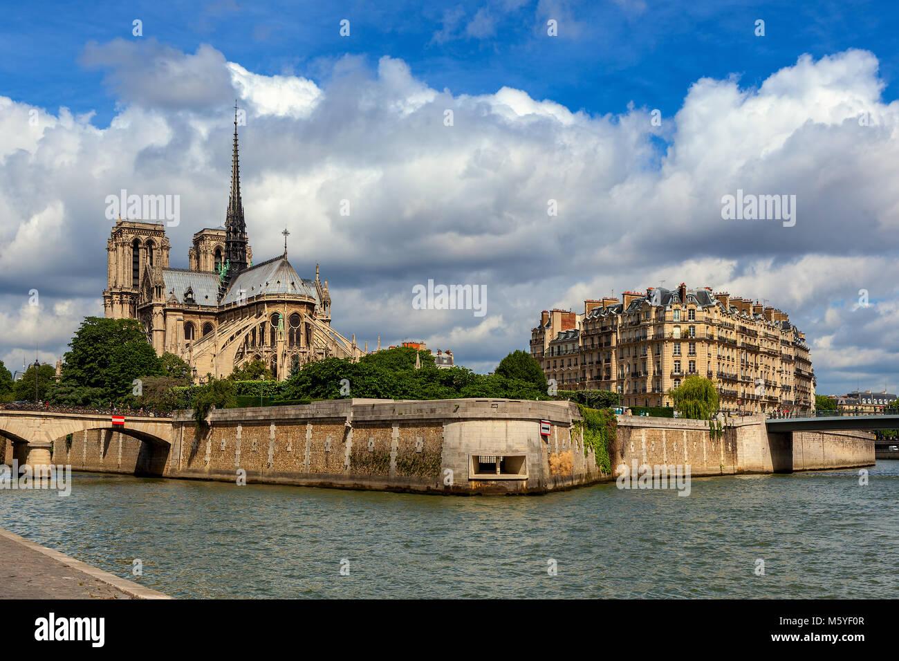 Vue de la Seine et de la célèbre Cathédrale Notre-Dame de Paris dans le cadre de ciel magnifique Photo Stock