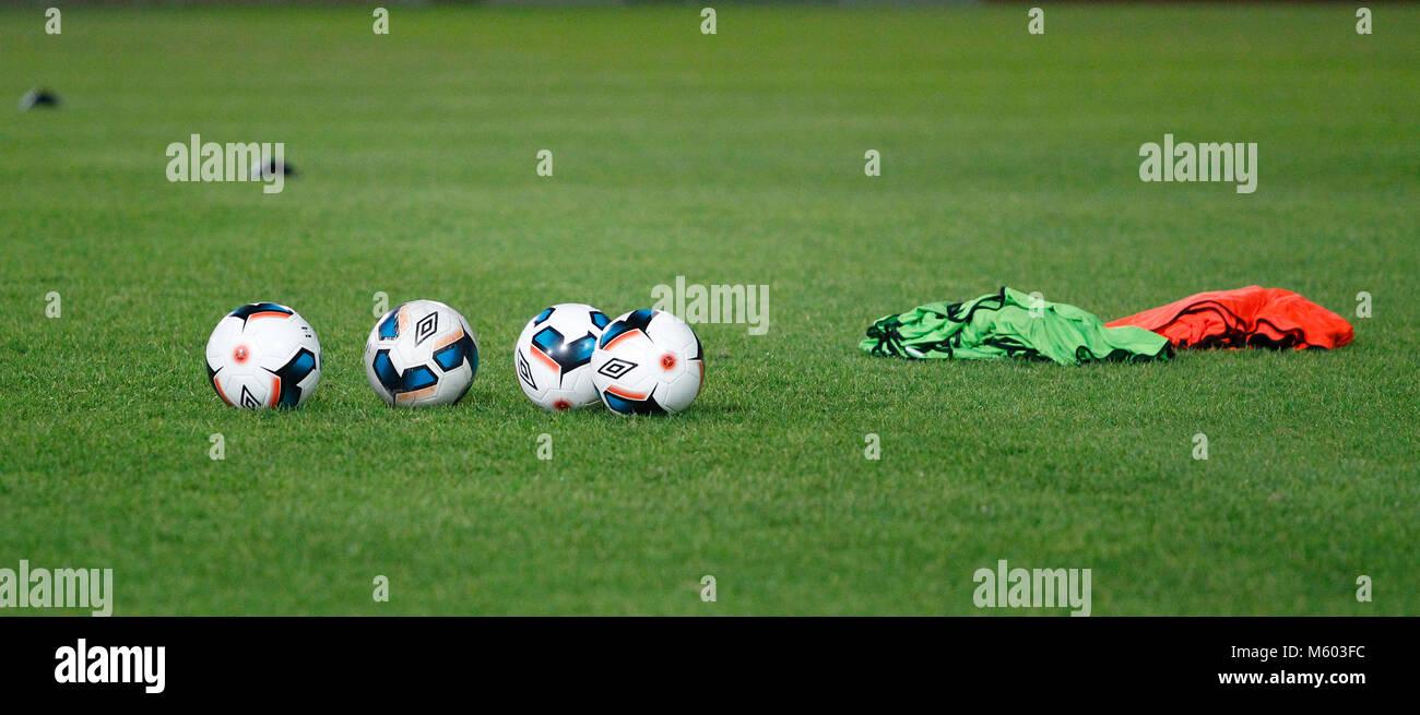 Vue générale de ballons, bavoirs et de l'équipement de formation de l'avant d'un discours de routine d'échauffement Banque D'Images