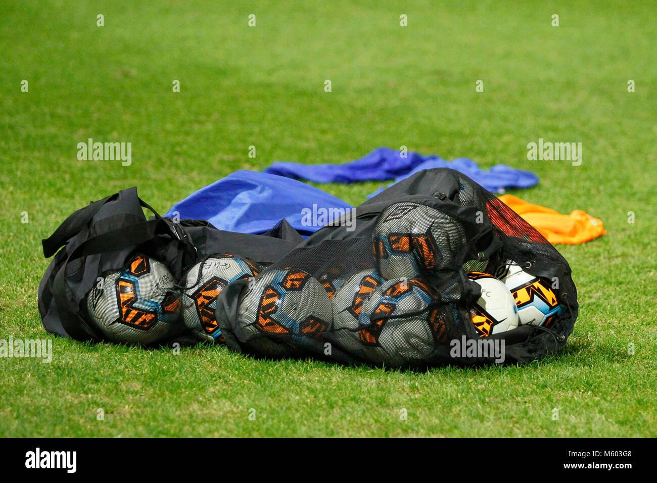 Vue générale d'un sac de ballons et de formation bibs prêt pour une routine d'échauffement d'avant match Banque D'Images