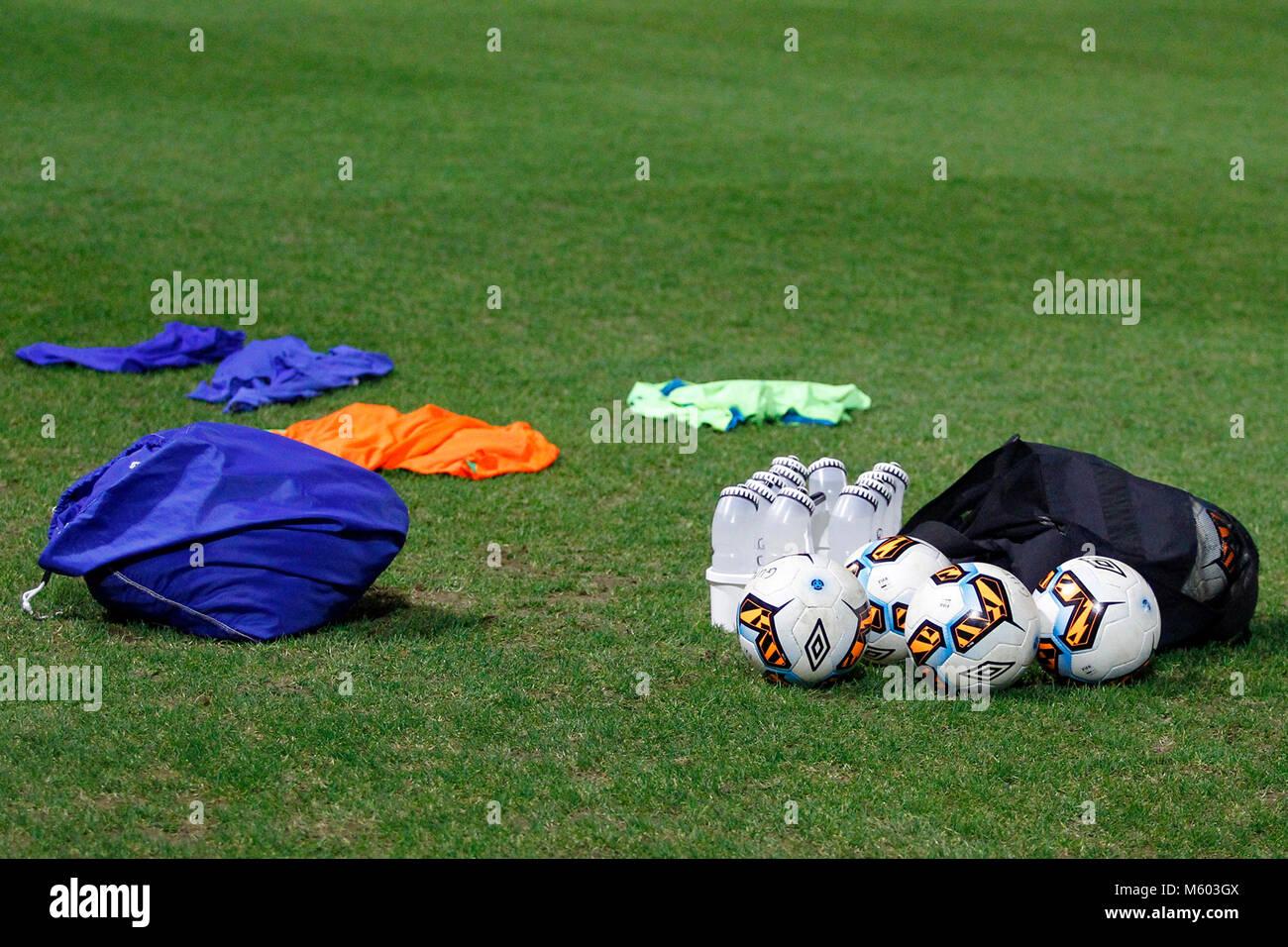 Vue générale des bavoirs, des ballons et de l'équipement de formation prêt pour un match de routine d'échauffement Banque D'Images