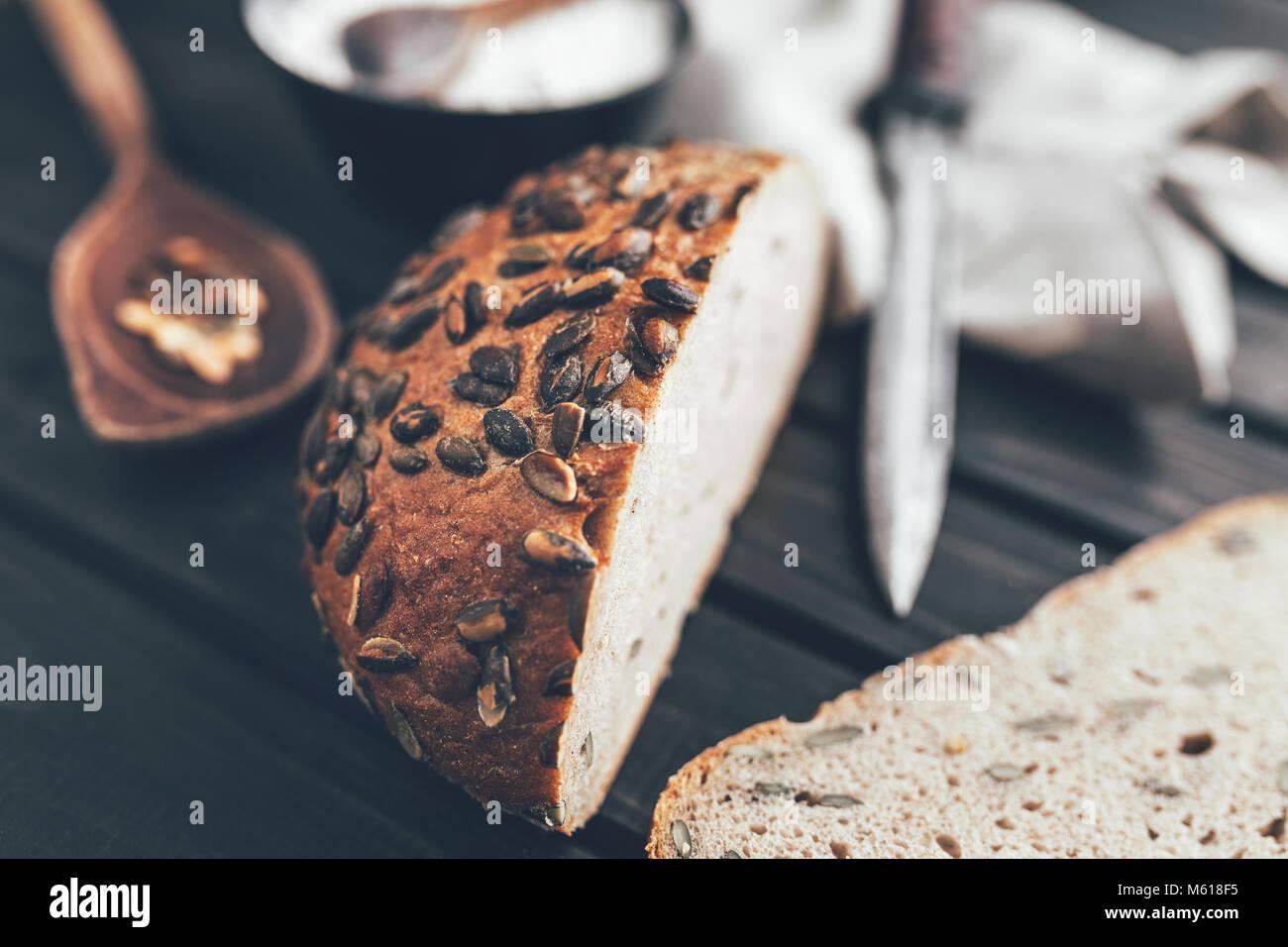 Délicieux pain frais sur fond de bois Banque D'Images