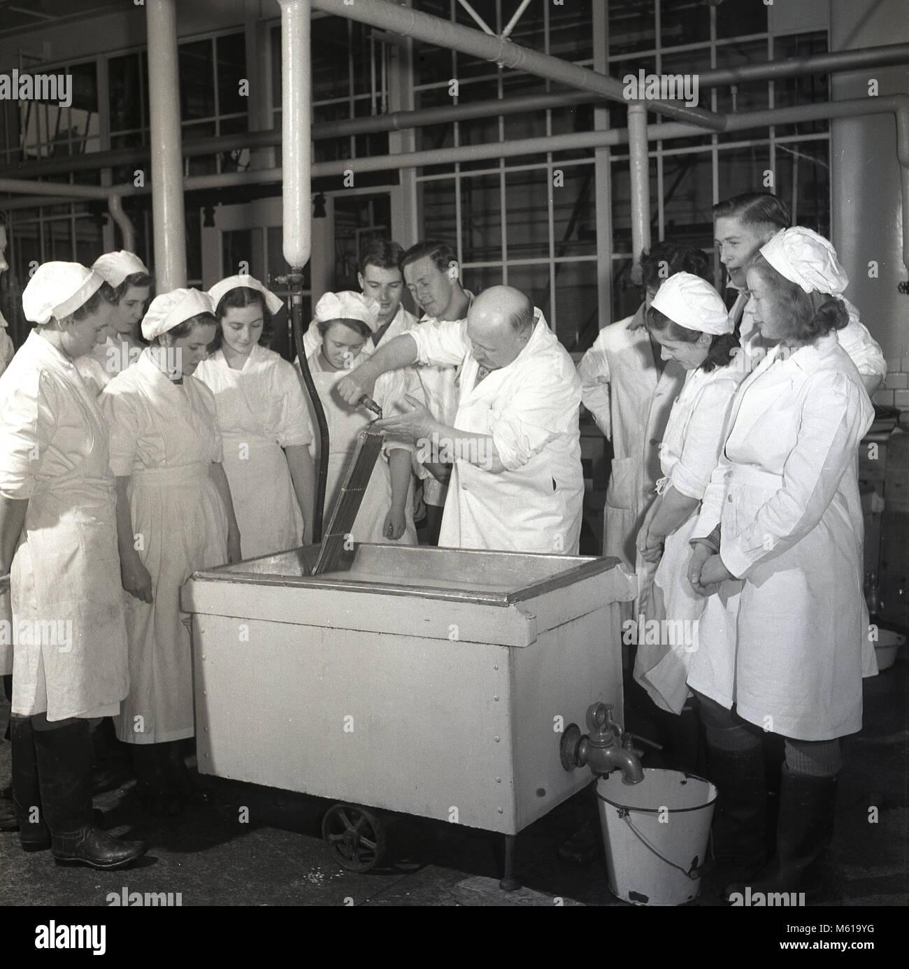 Années 1950, historiques, professeur dans un collège agricole laitière ou montrant un groupe d'étudiants Photo Stock